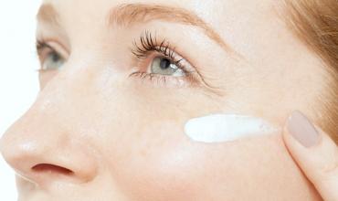 Femme s'appliquant de la crème sur le visage