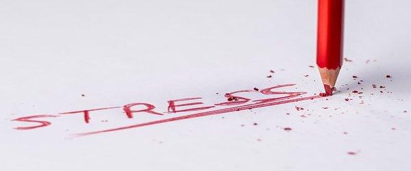Stress écrit au crayon rouge